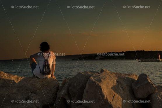 Foto Sonnenuntergang Frau Küste | Idyllisch Foto kaufen | Fotosuchen